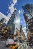 Trafique na 7os avenida e Broadway no Times Square Imagens de Stock Royalty Free