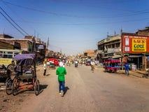 Trafique na rua empoeirada de Sonauli, cidade índia pequena perto da beira nepalesa Imagens de Stock