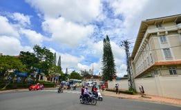 Trafique na rua principal em Dalat, Vietname Fotografia de Stock