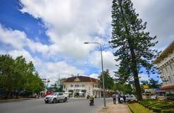 Trafique na rua principal em Dalat, Vietname Foto de Stock Royalty Free