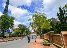 Trafique na rua principal em Dalat, Vietname Fotos de Stock Royalty Free