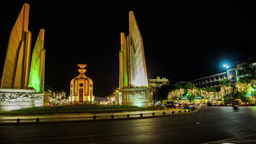 Trafique no monumento da democracia em Banguecoque na noite video estoque