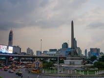 Trafique no monumento da vitória, Banguecoque, Tailândia fotografia de stock
