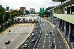 Trafique perto do pagamento do pedágio na estrada da SPRINT, Malásia fotografia de stock