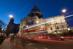 Trafique por la catedral en la noche, Londres de San Pablo Imagen de archivo