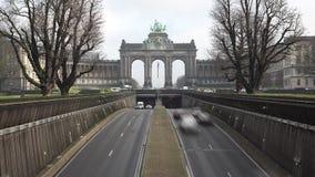 Trafique sob o arco triunfal em Parc du Cinquantenaire, timelapse vídeos de arquivo