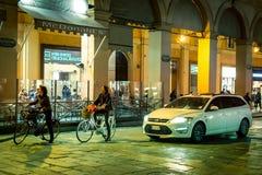 Trafique sobre através de Indipendenza na noite, Bolonha, Itália Fotos de Stock Royalty Free