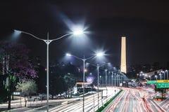 Trafiquez à l'avenue 23th le mai Avenida 23 de Maio en San Paulo Image libre de droits