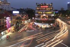 Trafiquez du vieux quart de Hanoï au coucher du soleil dans la longue exposition Vue de ci-avant Photo stock
