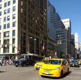 Trafiquez en conduisant la 5ème avenue de sud vers le bas à la quarante-deuxième rue, New York City, NYC, NY, Etats-Unis Photographie stock libre de droits