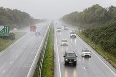 Trafiquez l'entraînement sous la forte pluie sur la route à deux chaussées photos libres de droits