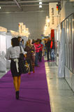 Trafiquez l'exposition spécialisée par Mos Shoes International à la mode de chaussures pour des chaussures, des sacs et collectio Images libres de droits