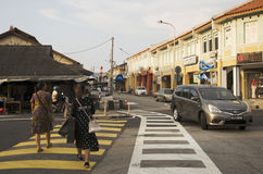 Trafiquez la route et la marche de personnes thaïlandaises de voyageur traversent plus de la route à Images stock