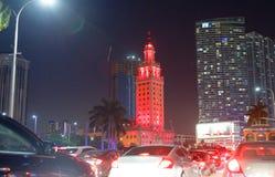 Trafiquez le long des rues du centre la nuit, Miami Image libre de droits