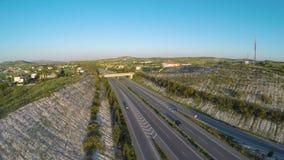 Trafiquez les appareils-photo fixant et enregistrant le mouvement des véhicules sur la section de route de péage clips vidéos