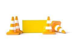 Trafiquez les cônes avec le casque de travail sur le blanc Photos stock