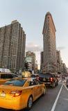 Trafiquez sur la 5ème avenue avec le bâtiment de fer à repasser Photos stock