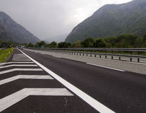 Trafiquez sur la route de péage des Alpes italiens près des Frances et du Mont Blanc de frontière photographie stock libre de droits