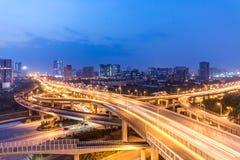 Trafiquez sur la route urbaine et le paysage urbain la nuit Images stock