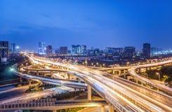 Trafiquez sur la route urbaine et le paysage urbain la nuit Photos libres de droits