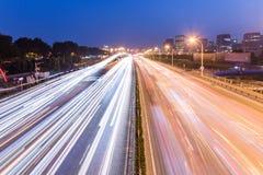 Trafiquez sur la route urbaine et le paysage urbain la nuit Photo stock