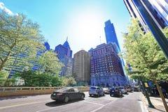 Trafiquez sur le boulevard et le Penn Center de JFK avec des gratte-ciel Image stock
