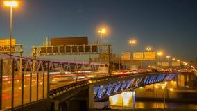 Trafiquez sur le pont près de la ville de Moscou Photographie stock