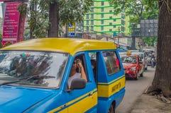 Trafiquez sur une rue dans une de zones d'atelier de Jakarta images stock