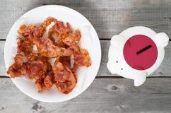 Traga em casa o mealheiro do conceito do bacon foto de stock