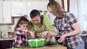 Traga los ingredientes de la mezcla de la muchacha y de la pequeña hermana en cuenco grande metrajes