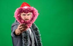 Traga o amor ao feriado da família Amor espalhado ao redor O homem no chapéu feliz de Santa do desgaste do amor comemora o fundo  fotos de stock royalty free
