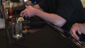 Tragar una bebida en la barra (1 de 2) almacen de metraje de vídeo