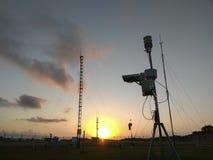 Tragbare automatische Wetterstation an Ngurah Rai-Flughafen unter den sch?nen Altocumuluswolken Dieses Werkzeug hat eine Funktion lizenzfreie stockfotos