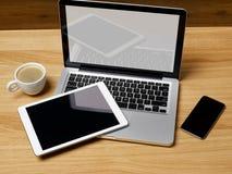 Tragbare Geräte auf Schreibtisch Stockfoto