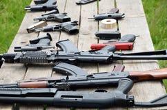 Tragbare Gewehre auf dem Tisch Lizenzfreie Stockfotografie