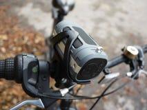 Tragbarer Bluetooth-Sprecher angebracht am Fahrrad, für das Hören Musik und Radio stockfotos