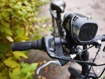 Tragbarer Bluetooth-Sprecher angebracht am Fahrrad, für das Hören Musik und Radio lizenzfreie stockfotografie