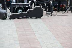 Tragekoffer für Cello, Musiksprecher, andere musikalische Ausrüstung Eine Band, die sich vorbereitet, auf der Straße zu spielen stockbilder