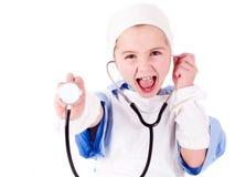 Tragen des kleinen Mädchens Doktoren konstant stockfoto