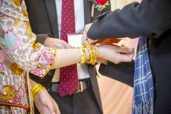 Tragen eines goldenen Armbandes stockbilder
