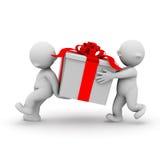 Tragen eines großen Geschenkes lizenzfreies stockbild