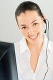 Tragen eines Kopfhörers lizenzfreie stockbilder