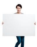 Tragen eines sehr großen Blattes der weißen Pappe Stockfotos
