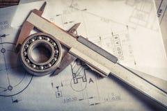 Tragen mechanisch, Tasterzirkel und Diagramme lizenzfreies stockfoto