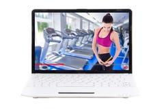 Tragen Sie Blog und Gewichtsverlustkonzept - die sportliche Frau zur Schau, die ihren tr zeigt Stockbilder