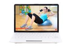 Tragen Sie Blogkonzept - die Frau zur Schau, die online ihr Training in der Turnhalle zeigt Lizenzfreies Stockbild