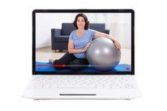 Tragen Sie Blogkonzept - die reife Frau zur Schau, die sie online an ausbildend zeigt Lizenzfreie Stockfotografie