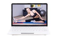 Tragen Sie Blogkonzept - die sportliche Frau zur Schau, die sie online an ausbildend zeigt Stockbild