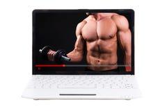 Tragen Sie Blogkonzept - Videotraining online auf Laptopschirm zur Schau Lizenzfreie Stockfotografie