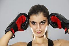 Tragen Sie Boxhandschuhe der jungen Frau, Gesicht von Eignungsmädchen-Studio sho zur Schau Lizenzfreie Stockfotos